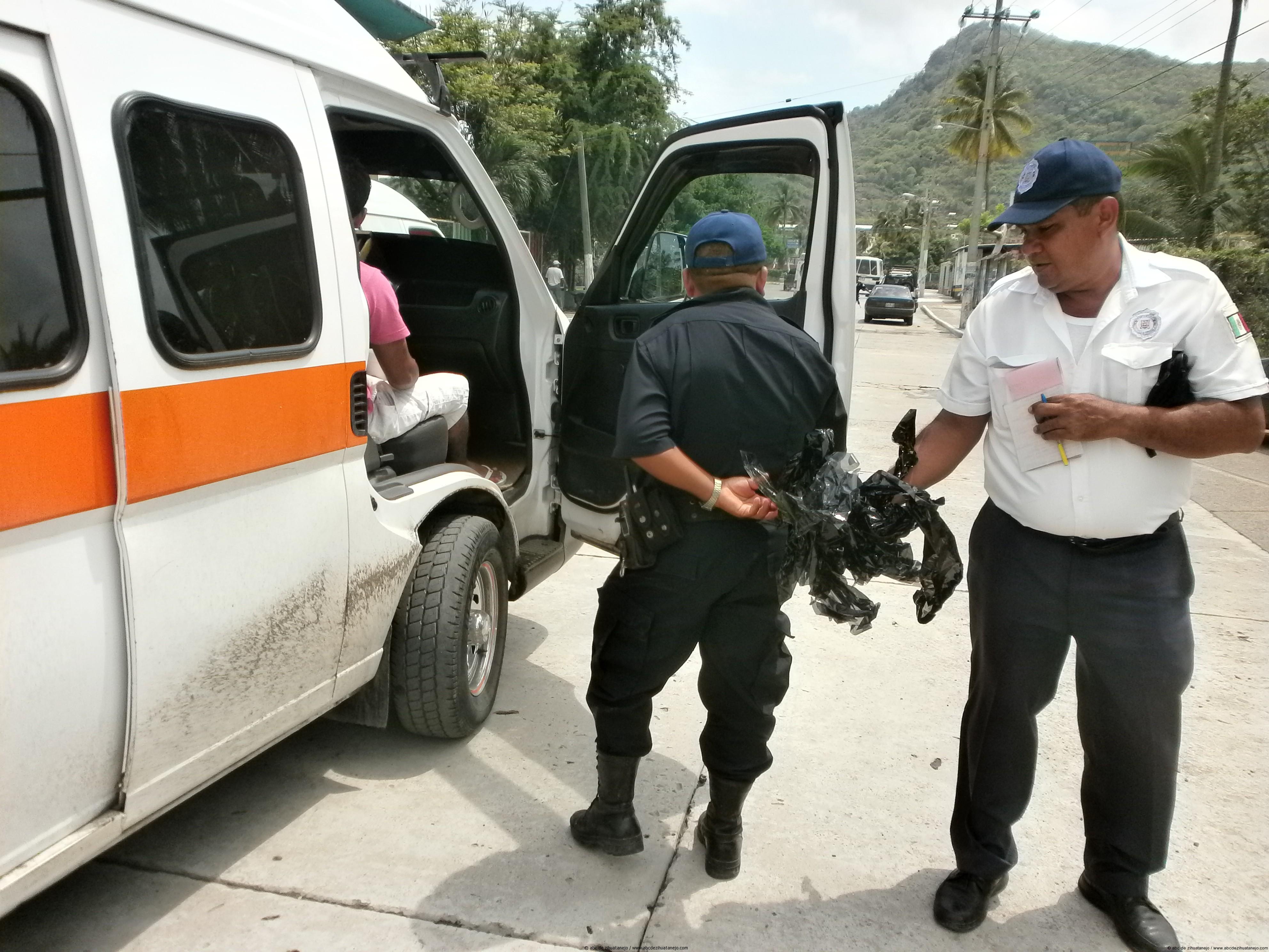 Policía Municipal aplica operativo para despolarizar vehículos.