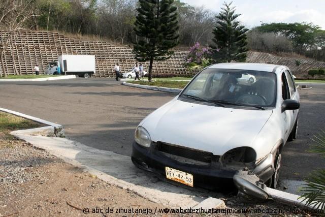Camión embiste auto en Boulevard Ixtapa