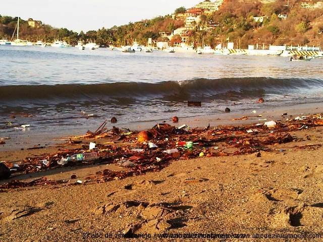 Amanece Playa Principal repleta de desechos