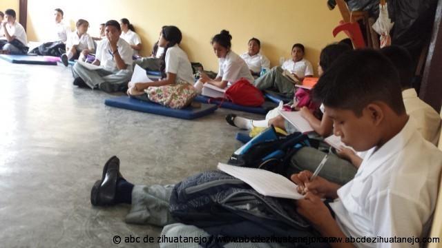 Alumnos de la Secundaria Ejército Mexicano de Zihuatanejo toman clases en el piso
