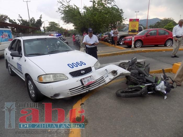 Motociclista embestido por taxi; quedó herido