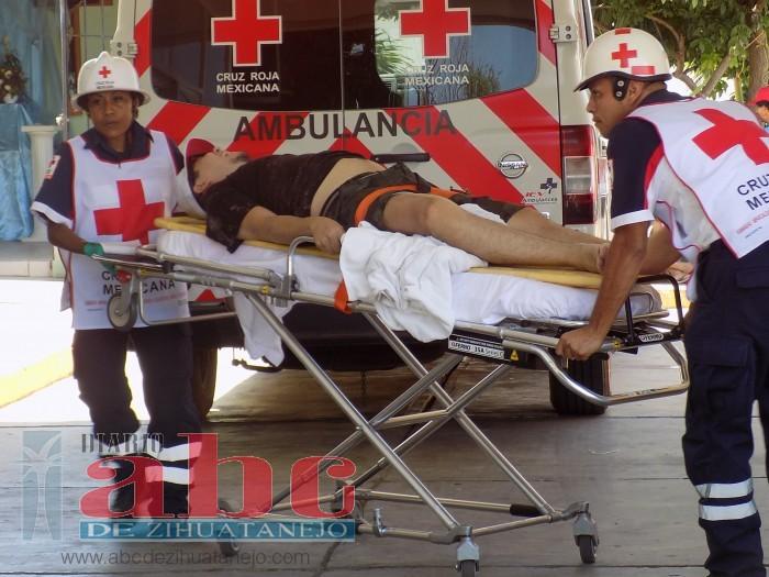 Turista sufre fractura al ser revolcado por una ola