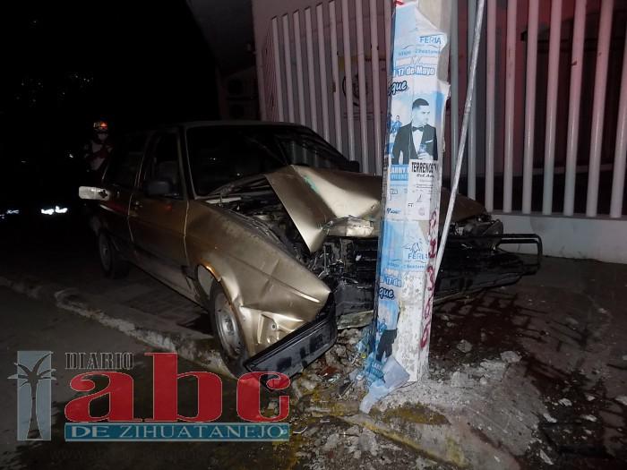 Impactó su auto contra un poste de la red de energía