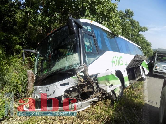 Tres muertos en brutal accidente entre Las Salinas y La Parota en Petatlán