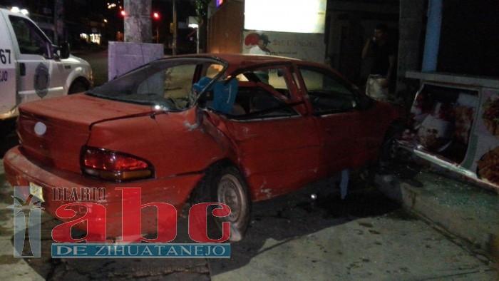 Sólo daños en choque de vehículo contra poste