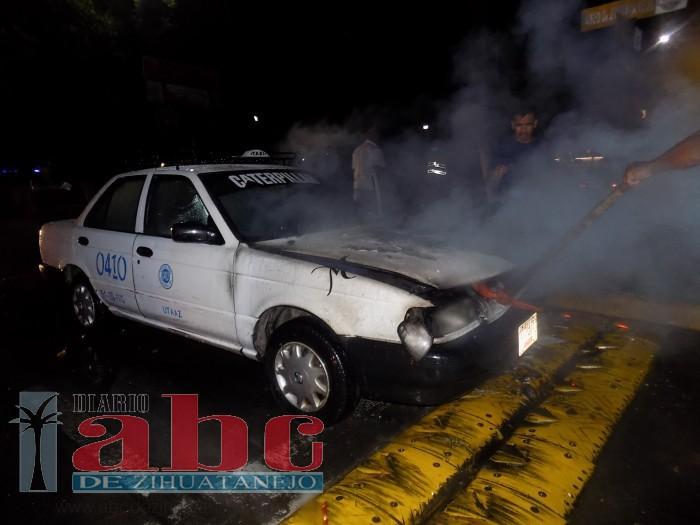 Se incendió taxi anoche, en la avenida José María Morelos