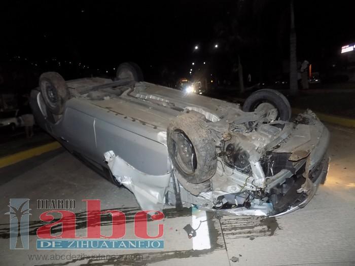 Menor ileso milagrosamente tras chocar y volcar su auto