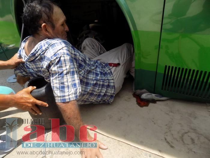 Talachero aplastado por autobús que reparaba