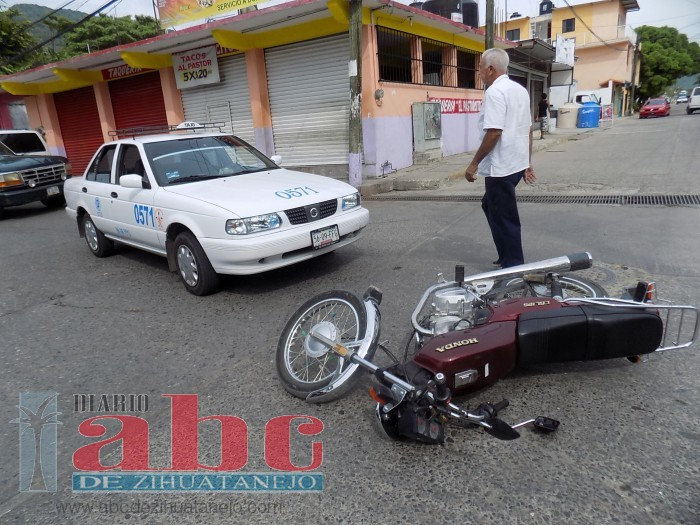 Motociclistas ilesos en choque contra taxi - Oficina municipal del taxi ...