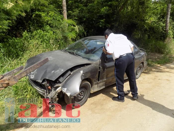 Abandonan auto chocado en la colonia La Ropa