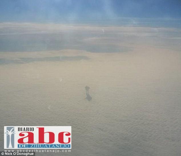 Pasajero captura misteriosa figura en las nubes; parece un robot gigante caminando sobre ellas