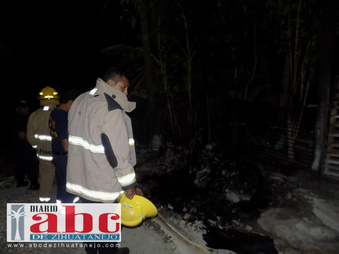 Corto circuito causa incendio de colchón y láminas en una casa