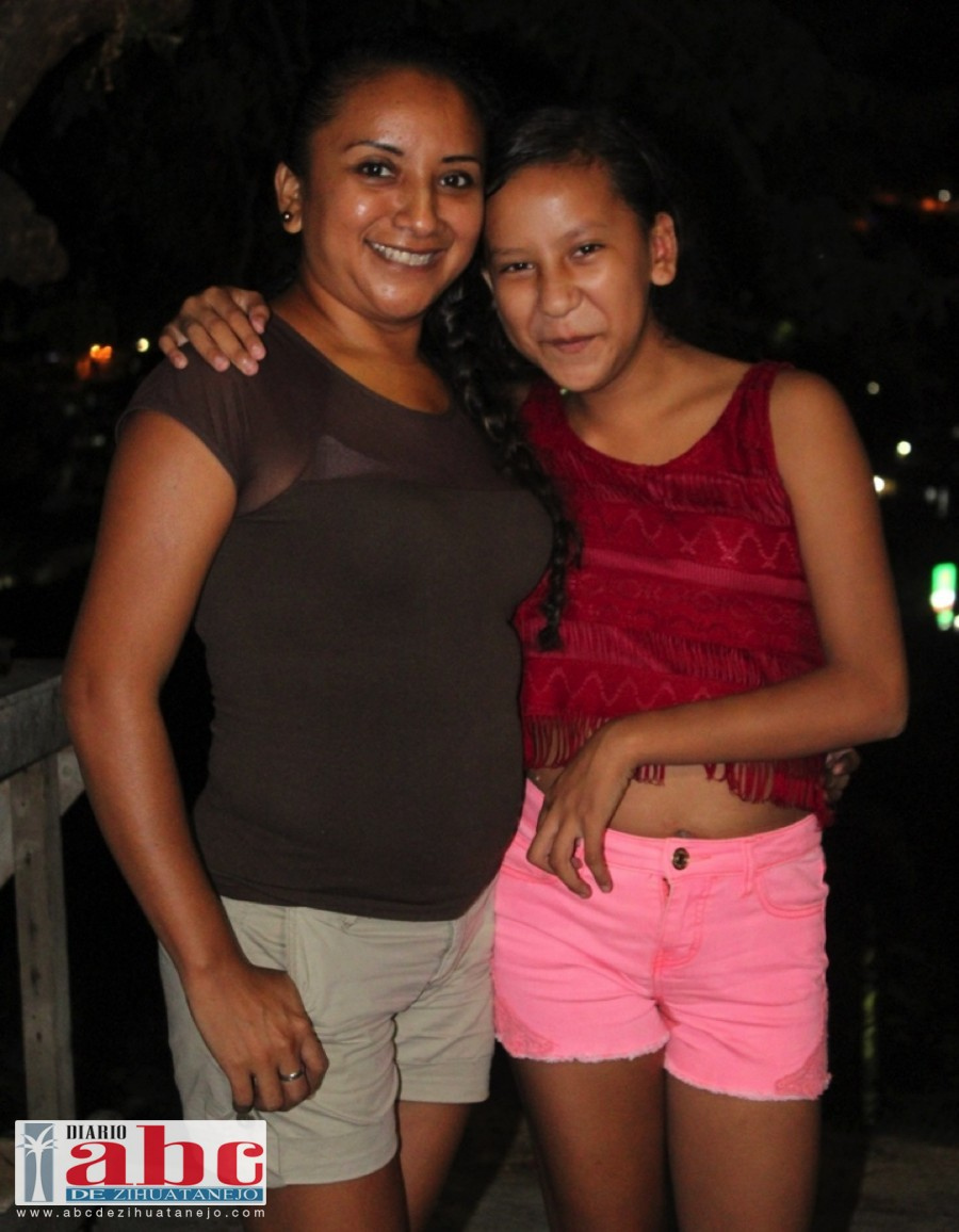 Roxana Rosas Sarmiento, acompañada de su mamá partieron el tradicional pastel y pizzas para gozar un año más de vida.