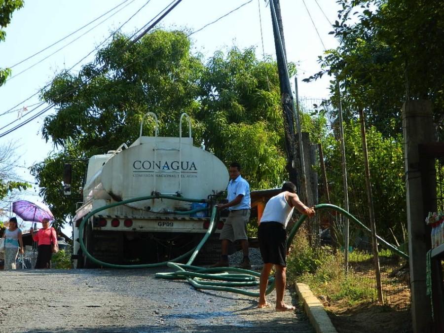 Resultado de imagen para fotos acarreo de agua en pipas en zihuatanejo