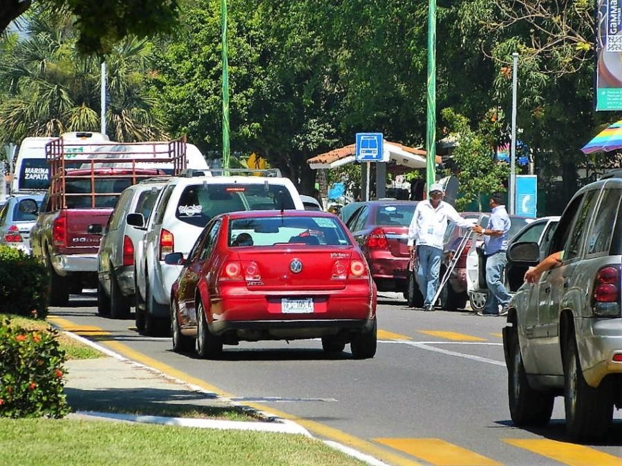 Resultado de imagen para fotos trafico vehicular en ixtapa temporada alta