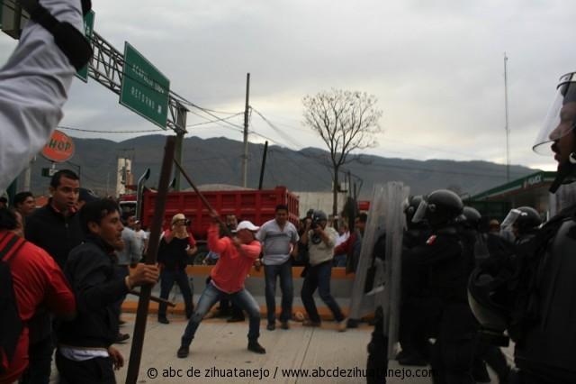 Photo of Desalojan federales a maestros de la autopista del Sol; no hubo heridos