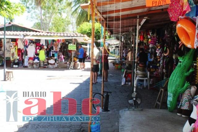Photo of Comerciantes de mercadito de Ixtapa inconformes por alineación