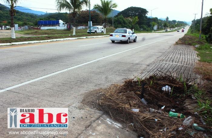 Photo of Boulevard al aeropuerto luce lleno de basura