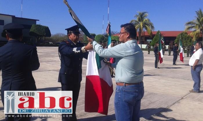 Photo of Autoridades castrenses entregan banderas a estudiantes de nivel primaria y secundaria