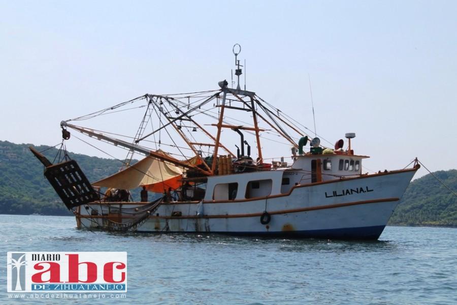 Photo of Descompuesto barco camaronero en la bahía
