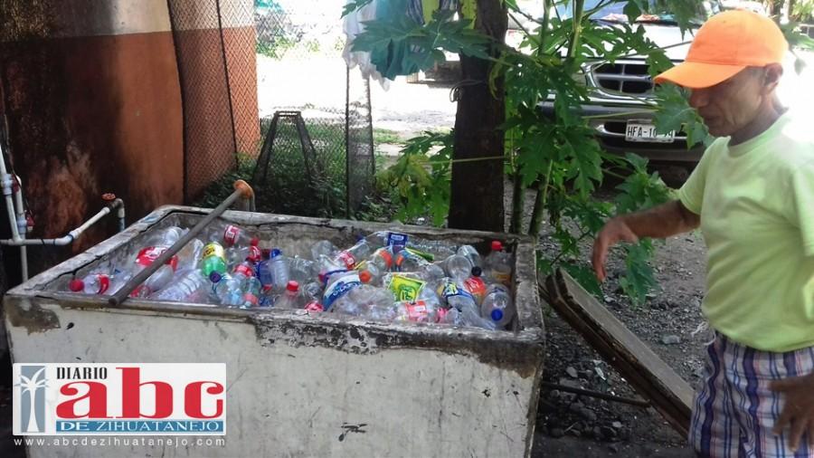 Photo of Dos toneladas de plástico llegan cada mes a la bahía de Zihuatanejo