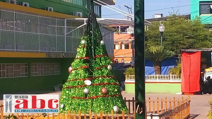 Photo of Prende fuego al pino navideño en el zócalo de Atoyac