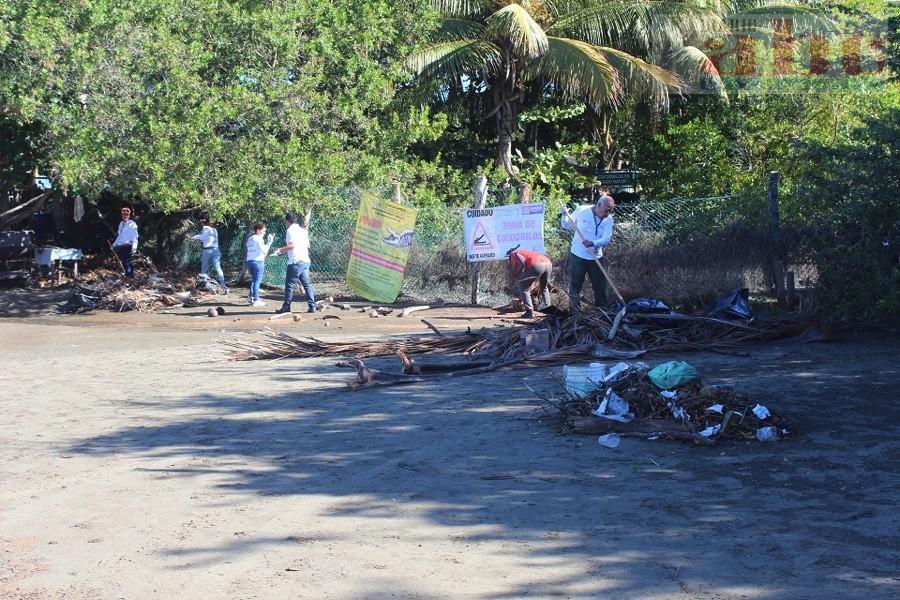 Photo of Prestadores de servicios y personal de Ecología hacen limpieza en estero de playa Linda