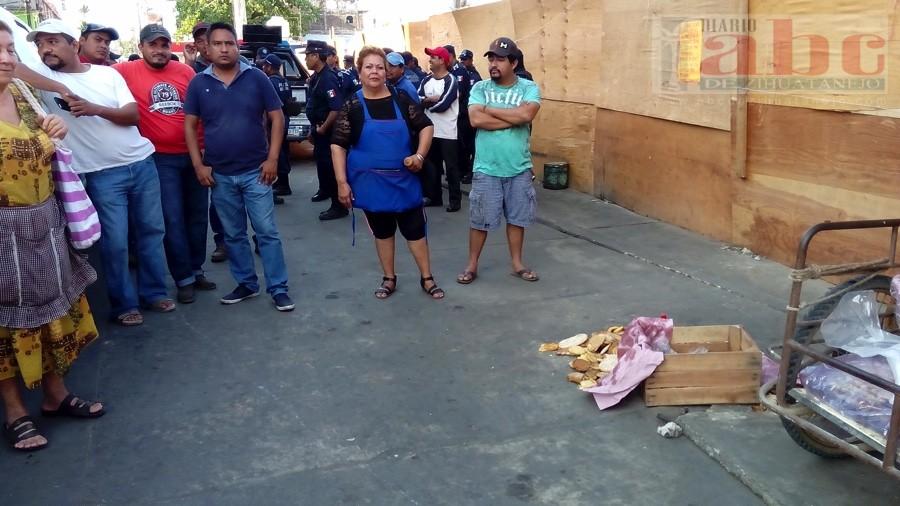 Photo of Desalojan a comerciantes, que ofertan diferentes productos de la canasta Básica,  luego de que estos se niegan a irse al nuevo mercado