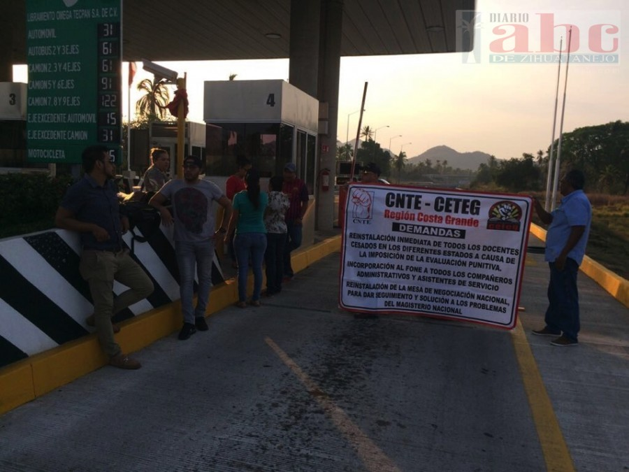 Photo of grupo de al menos 60 profesores de los municipios de La Unión, Zihuatanejo, Petatlán, Tecpan, San Jerónimo y Atoyac tomaron la caseta de Tecpan