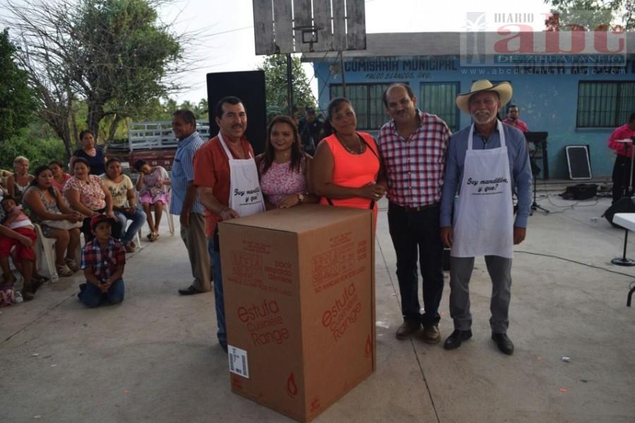 Photo of Festeja Alcalde Arturo Gómez a madres y niños de la sierra de Petatlán y Palos Blancos
