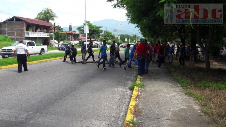 Photo of Marchan y bloquean carretera trabajadores y comisarios