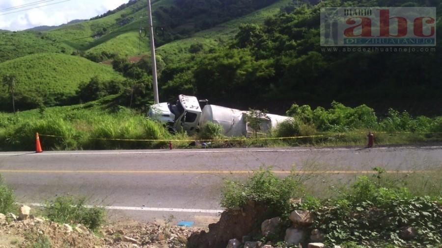 Photo of Se volcó pipa que transportaba 10 mil litros de gasolina