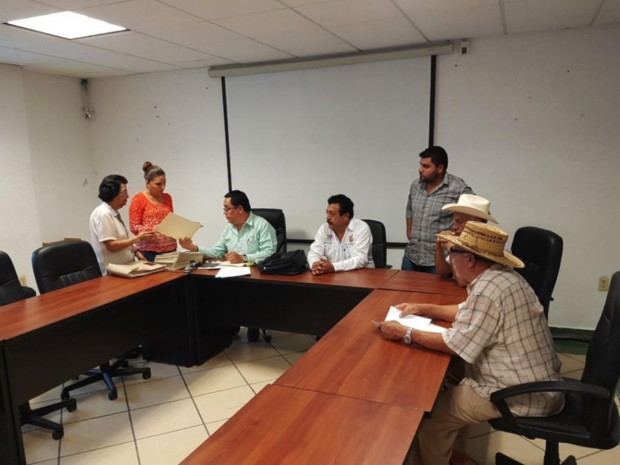 Photo of Entrega CONAGUA en coordinación con el gobierno municipal de Petatlán 41 títulos de uso de agua