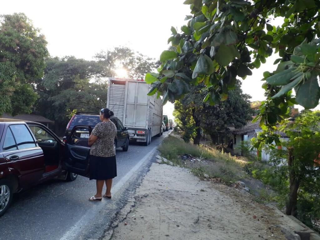 Photo of Bloquean padres de familia carretera nacional en Cacalutla Atoyac; piden asignación de maestro a la SEG.
