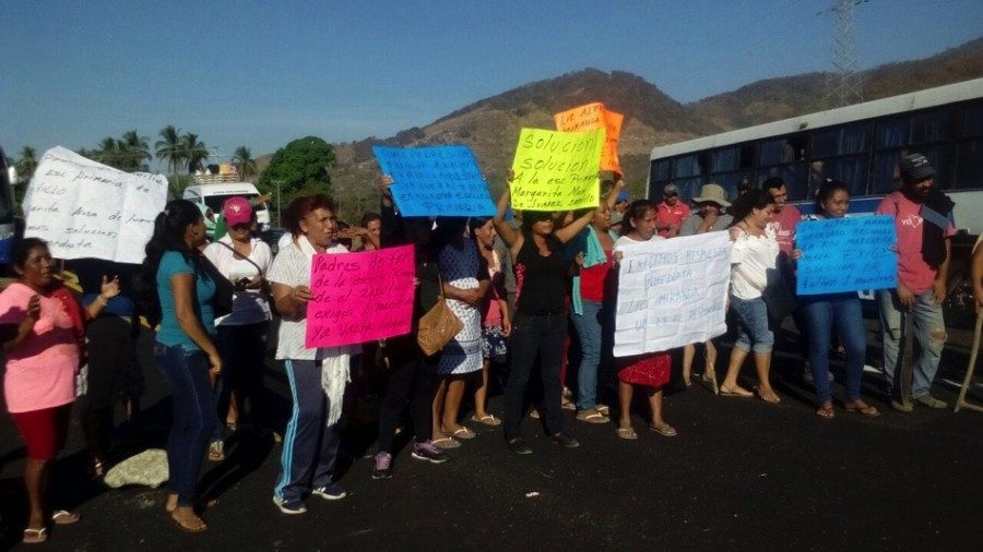 Photo of Bloquean padre de familia y maestros la carretera exigen un maestro