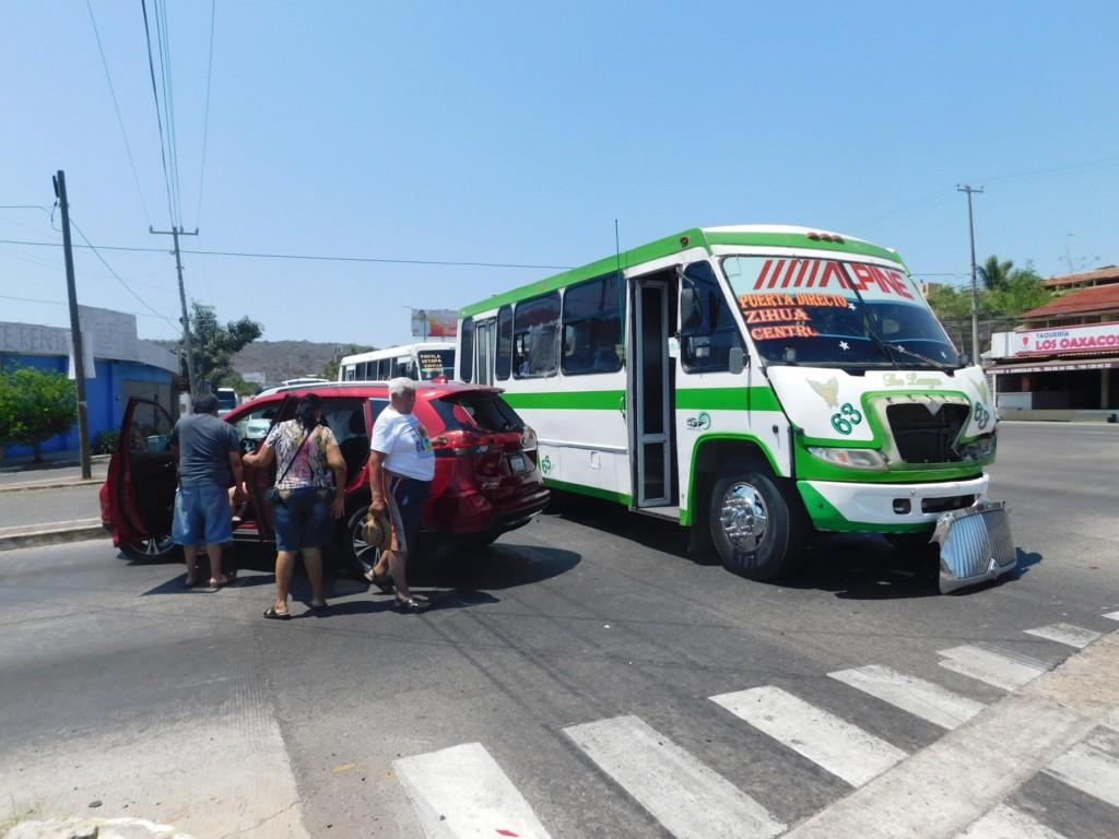 Photo of Fuerte choque dejó tres lesionados en Paseo de Zihuatanejo