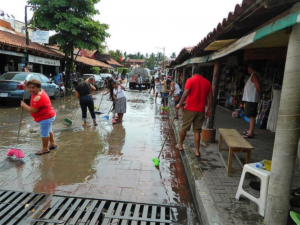 Photo of Comerciantes de artesanías hacen limpieza en la 5 de Mayo
