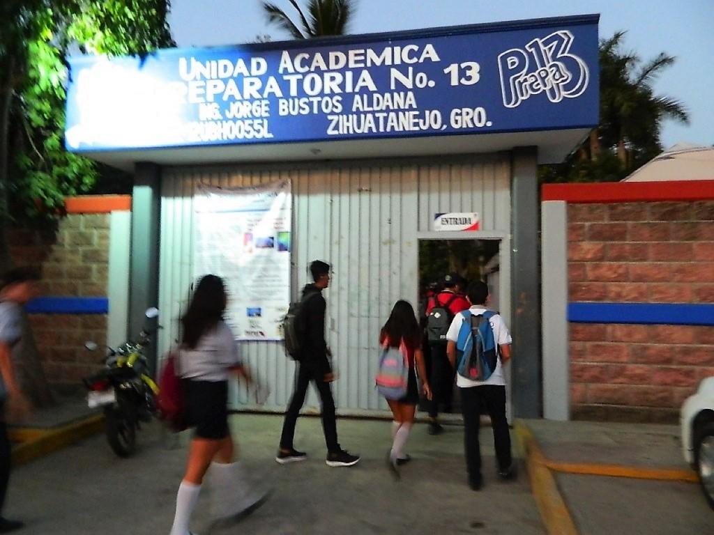 alumnos-prepa-13-zihuatanejo.jpg