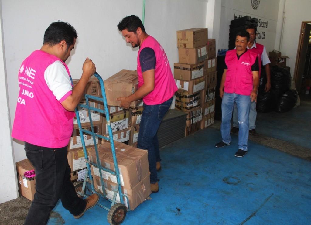 Photo of Parte camión con papelería de 652 casillas instaladas por el INE en Costa Grande