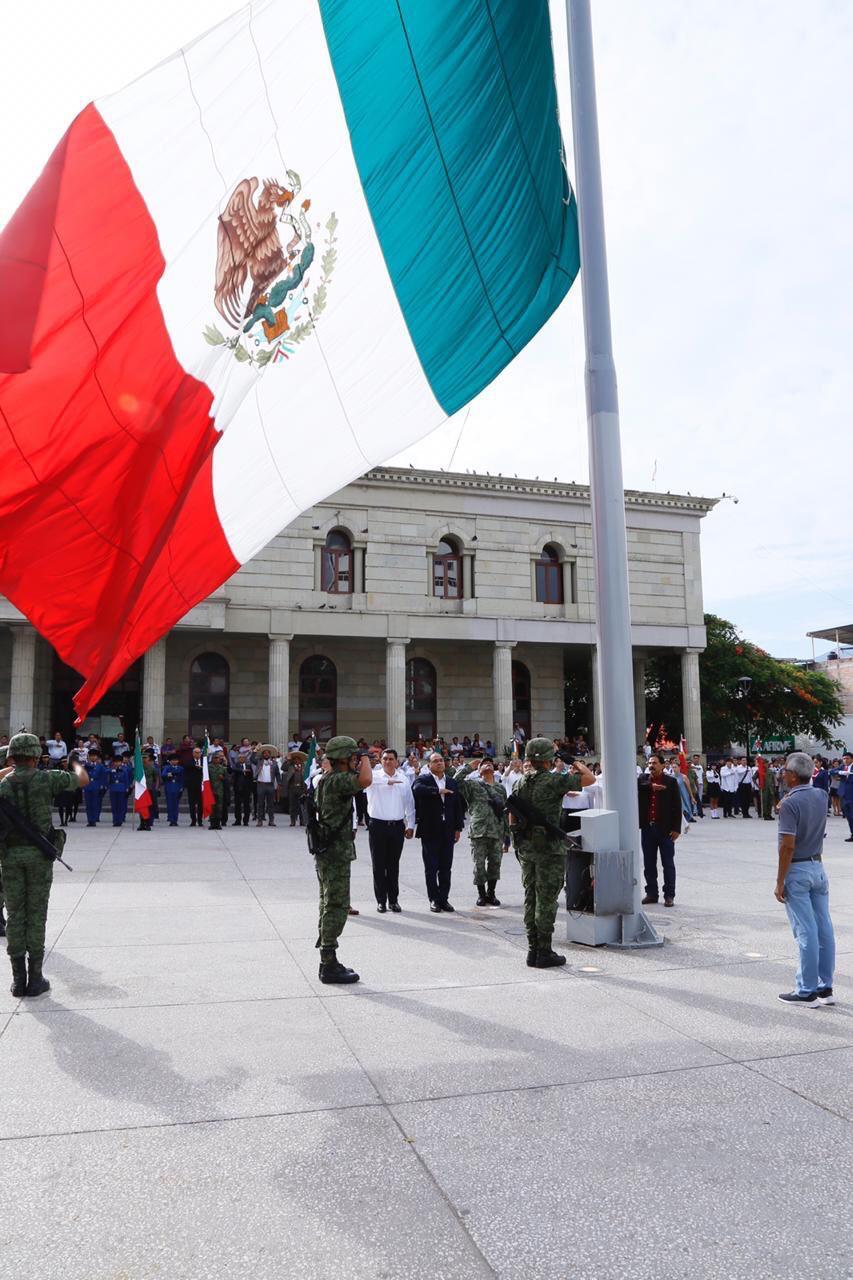 Photo of Astudillo Flores y el Ejército, realizan abanderamiento de escoltas de escuelas y asociaciones